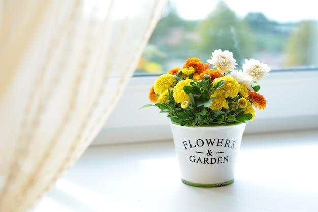 Chrysanthemum bloemen boeket in keramische pot op een raam