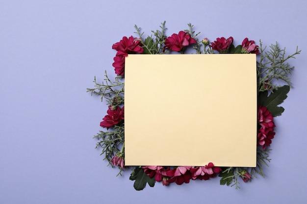 Chrysanthemum bloemen, thuja takken en ruimte voor tekst op violette achtergrond