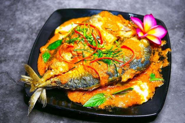 Chuchi makreel, curry-gebakken vis, stijl thais eten