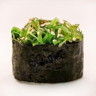 Chukka gunkan zeewier sushi maki op witte achtergrond. delicate gastronomische hapjes. detailopname