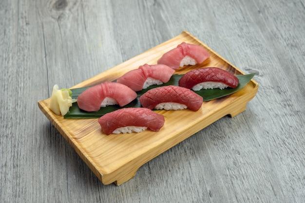 Chuoro en vette die de tonijnsushi van akami op de houten lijst, gezond japans voedselconcept worden geplaatst