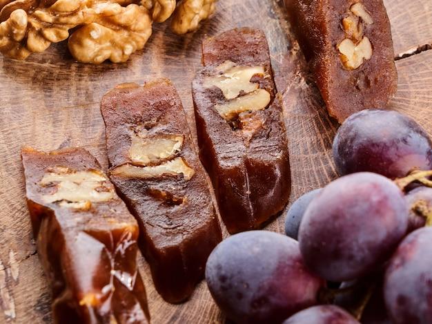 Churchkhela, nationaal georgisch dessert gemaakt van druivensap en walnoten, samenstelling op een houten tafel