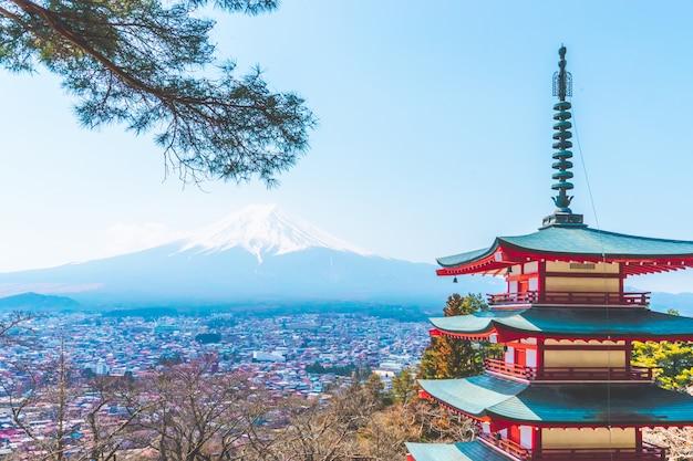 Chureito pagoda-de schrijnboom met fuji zet op achtergrond op