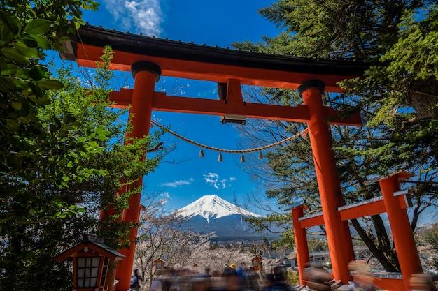 Chureito pagoda en mt. fuji in de de lentetijd met kers komt in fujiyoshida, japan tot bloei.