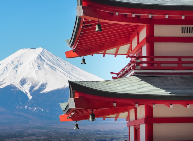 Chureito pagoda met berg fuji in zonnige dag.