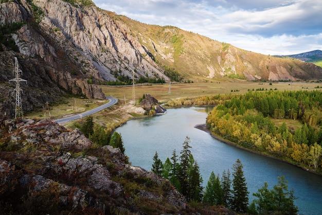 Chuya river en het gedeelte van het chuysky-kanaal. berg altai, rusland