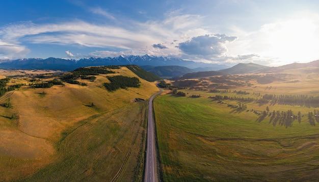 Chuysky trakt-weg in het altai-gebergte, een van de mooiste wegen ter wereld vanuit de lucht met een drone-opname