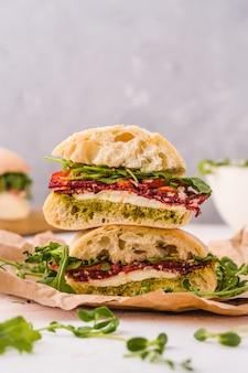 Ciabatta sandwich met ham, mozarella, tomaten en rucola