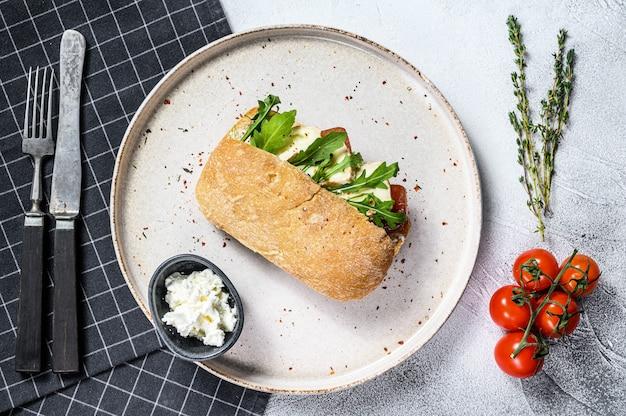 Ciabatta sandwich met verse geitenkaas, perenmarmelade en rucola.