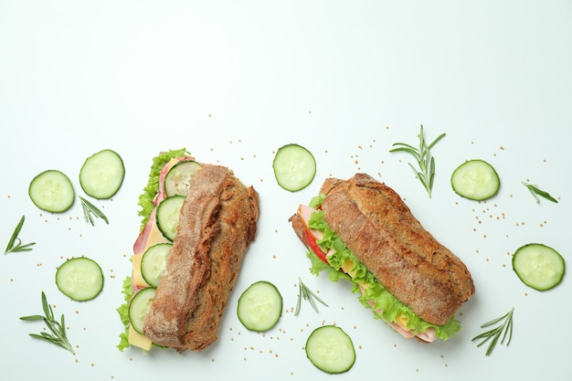 Ciabatta sandwiches en ingrediënten op witte achtergrond