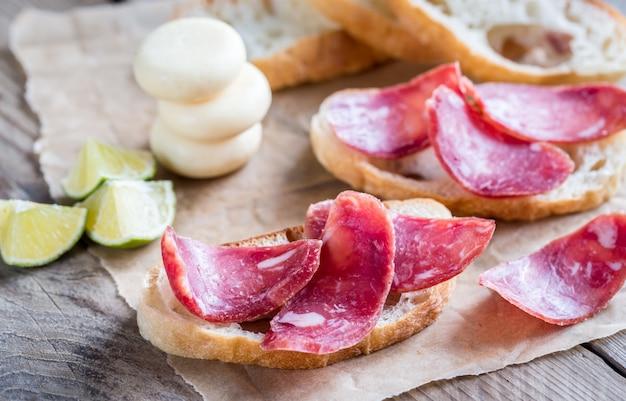 Ciabatta sandwiches met fuet en mini kaas