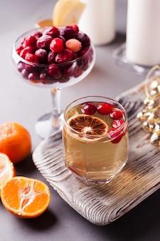 Cider van de kaneel amerikaanse veenbes de oranje appel op concrete oppervlakte. selectieve aandacht