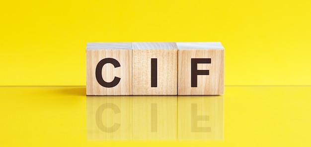 Cif-woord dat op houtblok wordt geschreven
