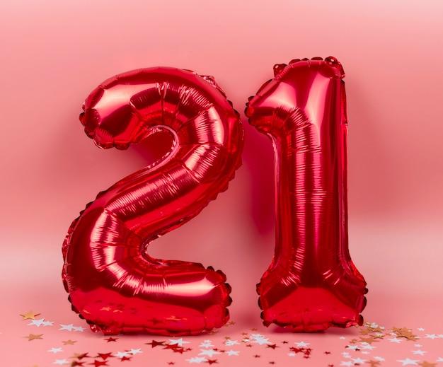Cijfers 21 van ballonnen op roze, het concept van nieuwjaar en kerstmis
