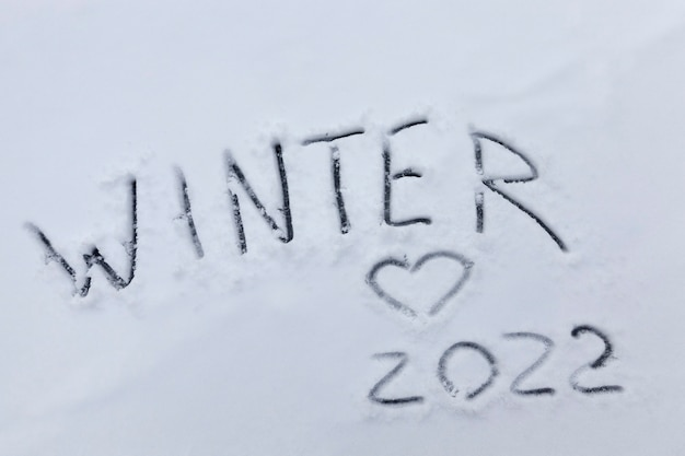 Cijfers en de datum van 2022 getekend op de sneeuw