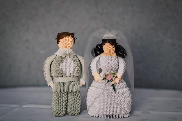 Cijfers van pasgetrouwden gemaakt van grijs papier