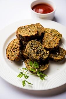 Cilantrocake of kothimbir vadi is een populaire maharashtrian-keuken gemaakt met korianderbladeren