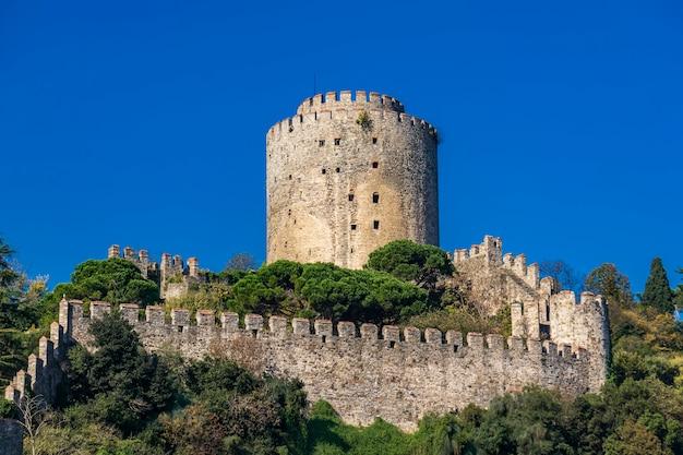 Cilindrische toren van rumelian castle aan de europese oevers van de bosporus in istanboel, turkije