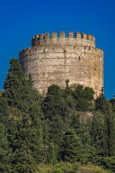 Cilindrische toren van rumelian castle aan de europese oevers van de bosporus in istanbul, turkije istanbul