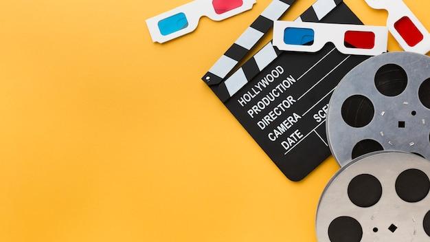 Cinematografie-elementen op gele achtergrond met kopie ruimte