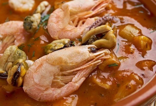 Cioppino-visstoofpot uit san francisco-soepen en stoofschotels uit de italiaanse keuken