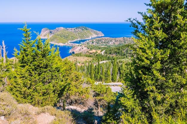 Cipressen op een weg leiden naar het schattige dorp asos, kefalonia in griekenland
