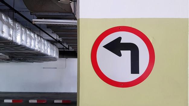 Circulaire draai links verkeerssymbool op parkeerterrein