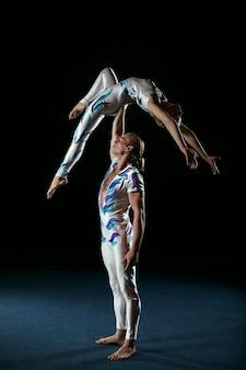 Circusartiesten voeren verschillende trucjes uit.