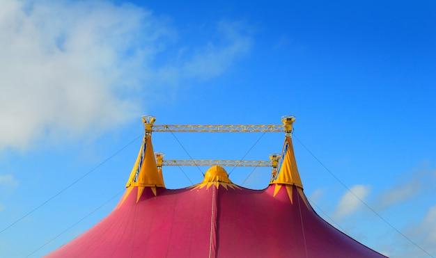 Circustent rood oranje en roze vier torens