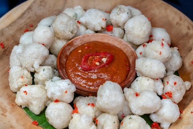 Cireng is traditioneel eten uit indonesië. gebakken tapiocameel aka cireng is heerlijk traditioneel eten uit indonesië dat een gemakkelijke en eenvoudige snack is, voorgerechten met pindasaus of rujaksaus