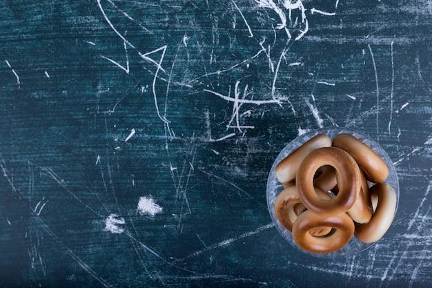 Cirkel cookies in een glazen beker, bovenaanzicht.