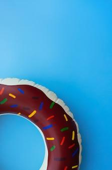 Cirkel donut op blauwe achtergrond zomer banner voor tekst
