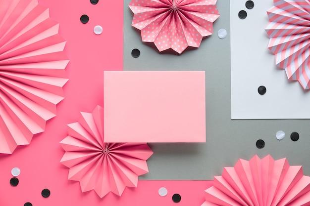 Cirkel fans en confetti op roze achtergrond. creatief frame voor begroetingstekst op lege kaart.