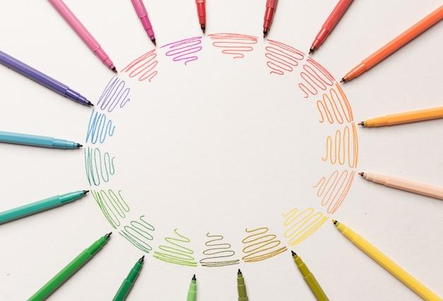 Cirkel met verschillende kleurrijke paarse lijnen geschilderd met markeringen op wit papier. kleurovergang van kleurrijke lijnen. kopieer ruimte voor logo, advertentie