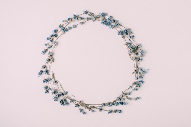 Cirkel van blauwe bloemen