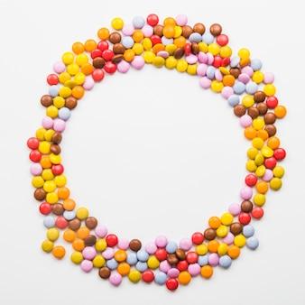 Cirkel van kleurrijke pellets