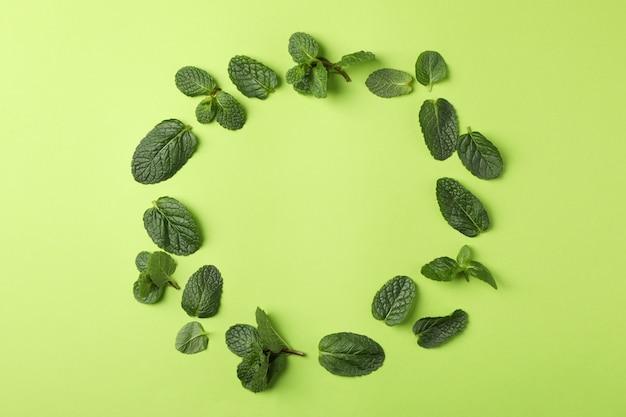 Cirkel van mint op groen, ruimte voor tekst