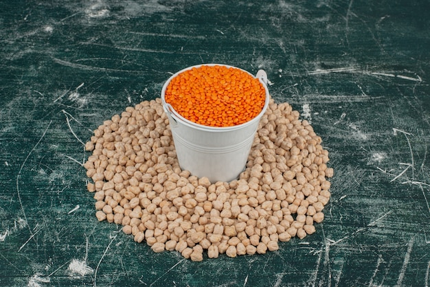 Cirkel van tarwe op marmeren oppervlak