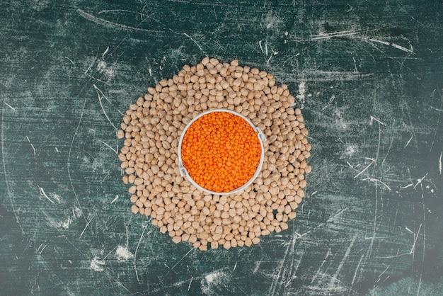 Cirkel van tarwe op marmeren tafel.