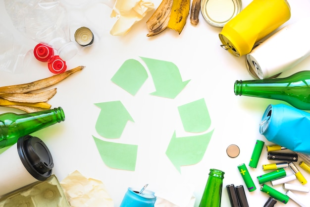 Cirkel van vuilnis met recycle symbool