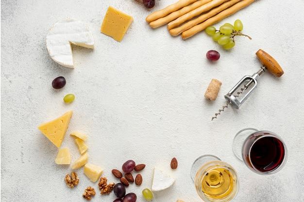 Cirkelvorm gevormd van wijn en kaas op tafel