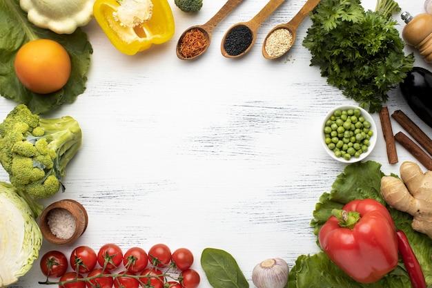 Cirkelvormig frame met rauwe groenten bovenaanzicht