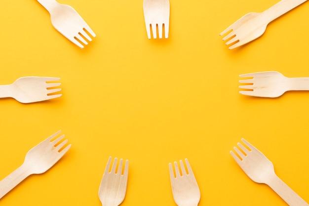Cirkelvormig frame met vorken op gele achtergrond