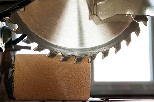 Cirkelzaag die houten plank snijdt