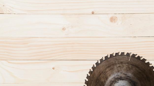 Cirkelzaag op houten lijst wordt geplaatst die