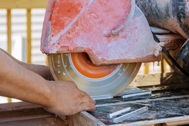 Cirkelzaag snijden keramische tegel electrozaag op de constructie