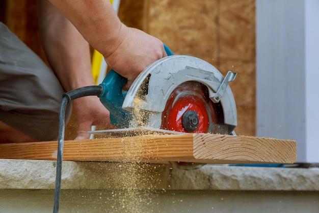 Cirkelzaag. timmerman die cirkelzaag voor houten straal gebruikt