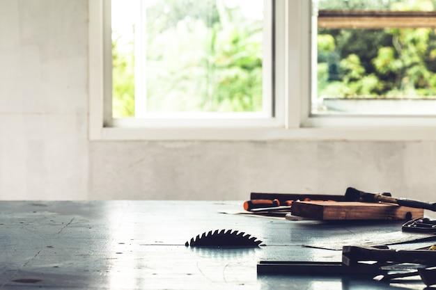 Cirkelzagen worden op houten planken gemonteerd.