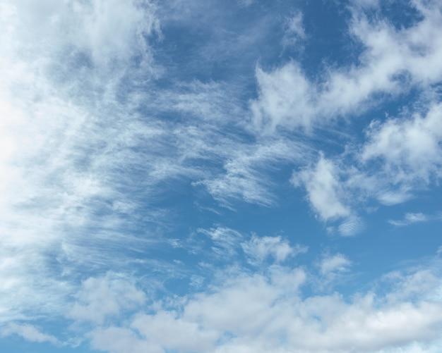 Cirruswolken in de blauwe lucht, mooie cirrus uncinus in de blauwe zomerhemel. achtergrond van blauwe lucht en witte gevederde wolken in de zomer.