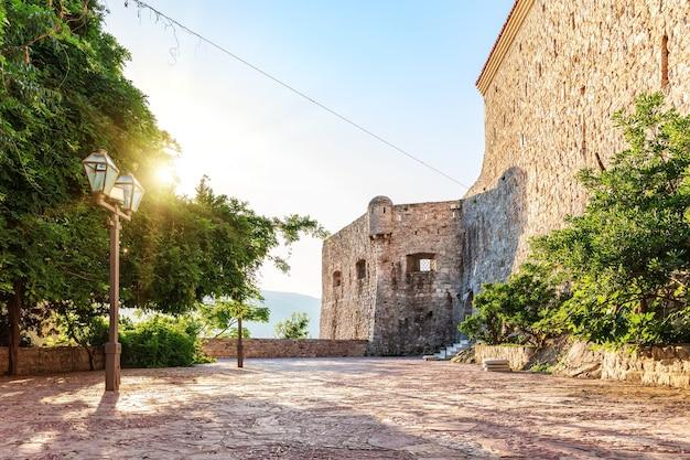 Citadel fort van budva in montenegro, uitzicht op de zonsopgang.